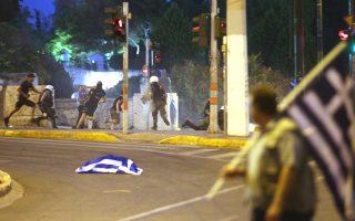 Επεισόδια  μεταξύ ανδρών των ΜΑΤ και διαδηλωτών στο συλλαλητήριο για τη Μακεδονία και κατά της συμφωνίας των Πρεσπών, την Κυριακή 1 Ιουλίου 2018, στο Σύνταγμα, μπροστά στη Βουλή. Τα επεισόδια ξεκίνησαν  όταν κουκουλοφόροι πέταξαν αντικείμενα, φωτοβολίδες και μολότοφ προς τις δυνάμεις των ΜΑΤ, που απάντησαν με φωτοβολίδες κρότου λάμψης.  ΑΠΕ-ΜΠΕ/ΑΠΕ-ΜΠΕ/ΑΛΕΞΑΝΔΡΟΣ ΜΠΕΛΤΕΣ