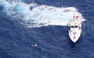 (Ξένη δημοσίευση)  Φωτογραφία που δόθηκε σήμερα στη δημοσιότητα και εικονίζει την Οlga Kuldo να κρατιέται από το στρώμα, ενώ την έχει πλησιάσει το σκάφος του Λιμενικού. Αίσιο τέλος είχε η περιπέτεια της 55χρονης γιατρού καθώς μετά από αγωνιώδεις έρευνες βρέθηκε τελικά περίπου 7 ναυτικά μίλια μακριά από την ακτή από αεροσκάφος της Frontex, το οποίο περιπολούσε στην περιοχή για παράνομους μετανάστες. Η 55χρονη Ρωσίδα Οlga Kuldo -η οποία παραθέριζε στην Κρήτη με τον σύζυγο και την κόρη της- έμεινε 20 ώρες στη θάλασσα, ανοιχτά της ακτής του Ρεθύμνου, καθώς το θαλάσσιο στρώμα της παρασύρθηκε από τα ρεύματα.  Δευτέρα 2 Ιουλίου 2018.   ΑΠΕ-ΜΠΕ/FRONTEX/STR