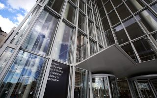 Φωτογραφία που δόθηκε στη δημοσιότητα στις 30 Ιανουαρίου 2018 δείχνει την εξωτερική όψη του νέου κτιρίου όπου στεγάζεται η Εθνική Βιβλιοθήκη της Ελλάδος στο ΚΠΙΣΝ, την Πέμπτη 18 Ιανουαρίου 2018. Μετά από τρία χρόνια εντατικής προετοιμασίας για την ιστορική μετεγκατάσταση, ξεκίνησε στις 8 Ιανουαρίου 2018 η μεταφορά των συλλογών της Εθνικής Βιβλιοθήκης της Ελλάδος από τα δύο κτίρια των Αθηνών (Βαλλιάνειο, Βοτανικός) στο νέο της κτίριο, στο Κέντρο Πολιτισμού Ίδρυμα Σταύρος Νιάρχος. Η μεταφορά, για την οποία έχει διασφαλιστεί η λιγότερη δυνατή καταπόνηση των συλλογών και η μέγιστη ασφάλειά τους, συνεχίζεται και υπολογίζεται να ολοκληρωθεί σε τρεις μήνες. ΑΠΕ-ΜΠΕ/ΑΠΕ-ΜΠΕ/ΣΥΜΕΛΑ ΠΑΝΤΖΑΡΤΖΗ