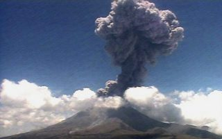 epa03749412 A handout video grab released by the Mexican National Center of Disaster Prevention (Cenapred) shows Mexican volcano Popocatepetl in central Mexico, which has registered a new explosion on 17 June 2013. According to Cenapred, the volcano erupted incandescent pieces up to two kilometers away from the crater.  EPA/CENAPRED BEST AVAILABLE QUALITY HANDOUT EDITORIAL USE ONLY