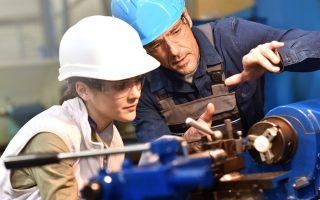 Η εργατική νομοθεσία δεν έχει εξοικειωθεί με την ιδέα ότι η σχέση εξαρτημένης εργασίας θα πάψει να αποτελεί το κυρίαρχο μοντέλο παροχής εργασίας και ότι η διαφορά μεταξύ ενός εργαζομένου που παρέχει τις υπηρεσίες του με μισθωτή εργασία και ενός συμβασιούχου έργου ή ελεύθερου επαγγελματία θα γίνεται ολοένα και πιο δυσδιάκριτη.