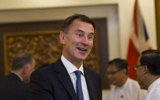 epa07034784 British foreign minister Jeremy Hunt (C) meets with government official in Naypyidaw, Myanmar, 20 September 2018. Jeremy Hunt is in Myanmar for talks with Myanmar leaders on the Rohingya crisis and announces additional Britain support for victims of sexual violence in Myanmar.  EPA/YE AUNG THU / POOL