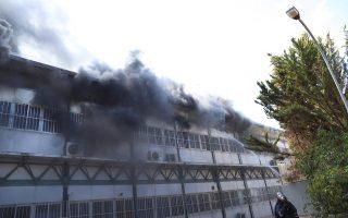 Πυροσβέστες με οχηματα και ελικόπτερα προσπαθούν για την κατάσβεση της πυρκαγιάς που κατακαίει αυτή την ώρα κτήριο του Πανεπιστημίου στο Ηράκλειο Κρήτης η οποία εκδηλώθηκε στις 8:50Μ, την Κυριακή 23 Σεπτεμβρίου 2018. Υπήρξε άμεση κινητοποίηση ισχυρών δυνάμεων της Πυροσβεστικής ενώ οι πυκνοί καπνοί έχουν κάνει αποπνικτική την ατμόσφαιρα στη γύρω περιοχή που είναι κατοικημένη. Το κτήριο, στο οποίο έχει εκδηλωθεί η φωτιά, βρίσκεται στη λεωφόρο Κνωσού κοντά στο Βενιζέλειο νοσοκομείο. Στο βρίσκονται, σύμφωνα με την πυροσβεστική 42 πυροσβέστες με 21 οχήματα, 40 άτομα πεζοπόρο ενώ ρίψεις έκαναν και δύο ελικόπτερα. ΑΠΕ-ΜΠΕ/ΑΠΕ-ΜΠΕ/Νίκος Χαλκιαδάκης
