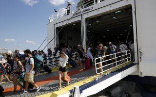 Αδειούχοι αποβιβάζονται από πλοίο που επέστρεψε από νησιά του Αιγαίου από το λιμάνι του Πειραιά, Παρασκευή 10 Αυγούστου 2018. ΑΠΕ-ΜΠΕ/ΑΠΕ-ΜΠΕ/ΑΛΕΞΑΝΔΡΟΣ ΒΛΑΧΟΣ