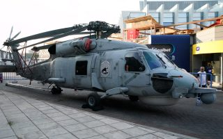 Το πλέον εντυπωσιακό στατικό έκθεμα πάντως βρίσκεται εξωτερικά της εισόδου του χώρου του περιπτέρου των Ενόπλων Δυνάμεων, όπου υπάρχει ένα ελικόπτερο S-70 SEAHAWK του Πολεμικού Ναυτικού.