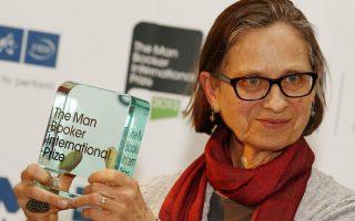 Η συγγραφέας Λίντια Ντέιβις (στη φωτ. με το Διεθνές Βραβείο Μπούκερ ανά χείρας, το 2013). Το μυθιστόρημά της «Το τέλος της ιστορίας» δεν απέχει πολύ από τα σύντομα διηγήματα με τα οποία έχει κερδίσει την καταξίωση.