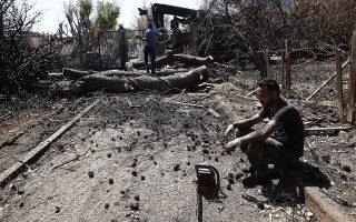 Φωτογραφία που δόθηκε σήμερα στη δημοσιότητα και εικονίζει υλοτόμους να κόβουν και να απομακρύνουν τα καμένα δένδρα από τις αυλές και τους δρόμους των σπιτιών στο Μάτι, προκειμένου να χρησιμοποιηθούν στην κατασκευή αντιπλημμυρικών έργων στις καμένες περιοχές στο Μάτι και στο Νέο Βουτζά, Τετάρτη 22 Αυγούστου 2018, ένα μήνα μετά την φονική πυρκαγιά, Σάββατο 25 Αυγούστου 2018. ΑΠΕ-ΜΠΕ/ΑΠΕ-ΜΠΕ/ΑΛΕΞΑΝΔΡΟΣ ΒΛΑΧΟΣ