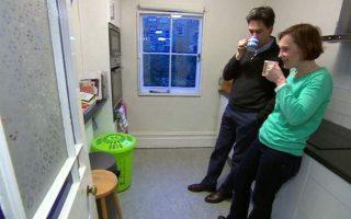 O Eντ Μίλιμπαντ και η σύζυγός του στη... δεύτερη κουζίνα του σπιτιού τους.