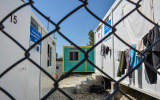 Λυόμενα δωμάτια και υπαίθριοι χώροι που βρίσκονται κατά την αυτοψία του ΑΠΕ ΜΠΕ στο Κέντρο Υποδοχής και Ταυτοποίησης (ΚΥΤ) στη Μόρια, Κυριακή 23 Σεπτεμβρίου 2018. Σήμερα στο νησί της Λέσβου διαμένουν επίσημα 10.841 πρόσφυγες και μετανάστες. Από αυτούς σύμφωνα με τα στοιχεία της 21ης Σεπτεμβρίου 8706 διαμένουν στη Μόρια, 1.191 στον καταυλισμό του Καρά Τεπέ που διαχειρίζεται ο Δήμος Λέσβου, 748 άτομα διαμένουν σε δομές που διαχειρίζεται η ΑΜΚΕ «Ηλιαχτίδα», 91 διαμένουν στη δομή του πρώην ΠΙΚΠΑ και τέλος 105 κρατούνται στο κλειστό χώρο του Προαναχωρησιακού Κέντρου, σε έναν ιδιαίτερο χώρο στο κέντρο του καταυλισμού της Μόριας. Αύριο Δευτέρα 24 Σεπτεμβρίου φεύγουν από τον καταυλισμό του Κέντρου Υποδοχής και Ταυτοποίησης (ΚΥΤ) 400 άτομα με προορισμό τις νέες δομές που ετοιμάστηκαν στην υπόλοιπη Ελλάδα. Θα ακολουθήσουν 80 την Τρίτη, άλλοι 400 την Τετάρτη, 600 το διήμερο Πέμπτης και Παρασκευής. Σχεδόν 2000 μέχρι την τελευταία μέρα του μήνα. Και μετά άλλοι 1000. Στο πρώτο 10ήμερο του Οκτωβρίου.  Όλοι τους με κατεύθυνση τις νέες δομές στη βόρεια Ελλάδα. 1100 στη Βόλβη. 560 στον Κατσικά Ιωαννίνων. 860 στα Γρεβενά. 280 στη Φιλιπ