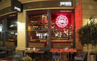 Ο Βρετανός σεφ αναγκάστηκε να διοχετεύσει περίπου 14,5 εκατ. ευρώ στην αλυσίδα εστιατορίων του, Jamie Italian, για να μη χρεοκοπήσει. Είχε ξεκινήσει με ένα εστιατόριο το 2008 στην Οξφόρδη και έφθασε να έχει 43 το 2016.