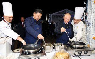 Ο Κινέζος πρόεδρος Σι Τζινπίνγκ (αριστερά) με τον Ρώσο ομόλογό του Βλαντιμίρ Πούτιν μαγείρεψαν μαζί στο περιθώριο του 4ου Ανατολικού Οικονομικού Φόρουμ στο Βλαδιβοστόκ – δείγμα των εξαιρετικών σχέσεών τους.