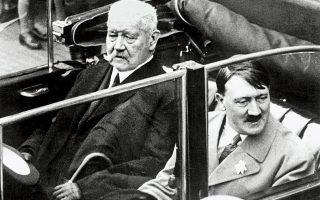 Ο Αδόλφος Χίτλερ με τον Γερμανό πρόεδρο Πάουλ φον Χίντεμπουργκ την Πρωτομαγιά του 1933. Από το 1923 ο Χίτλερ είχε συνειδητοποιήσει ότι ο καλύτερος τρόπος άλωσης μιας Δημοκρατίας είναι από μέσα.