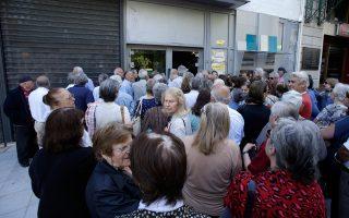 Δεκάδες πολίτες ταλαιπωρούνται στην ουρά έξω από τράπεζα τον Ιούλιο του 2015, με την επιβολή των capital controls. «H Ελλάδα υπέστη μία οικονομική καταστροφή χειρότερη από τη Μεγάλη Υφεση», αναφέρει ο Τζέφρι Σακς.