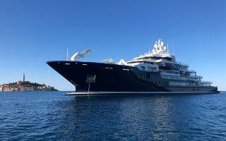 Το μήκους 116,5 μέτρων «Ulysses» του Νεοζηλανδού επιχειρηματία Γκραμ Χαρτ έδεσε απέναντι από το ΣΕΦ. Η αξία του υπολογίζεται σε 250 εκατ. δολάρια.