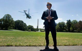 Ανδρας των μυστικών υπηρεσιών, επιφορτισμένος με την ασφάλεια του Τραμπ, ελέγχει την απογείωση του προεδρικού ελικοπτέρου από τον Λευκό Οίκο. Κάποιοι άλλοι, εντός του κτιρίου, προσπαθούν να διασφαλίσουν τη χώρα από τον... Τραμπ.