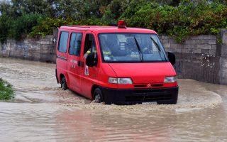 Όχημα του Πυροσβεστικού Σώματος σπεύδει στο Βραχάτι Κορινθίας καθώς ο κυκλώνας Ζορμπάς έπληξε με καταρρακτώδεις βροχές και ισχυρούς ανέμους την Κόρινθο, Κυριακή 30 Σεπτεμβρίου 2018. Η Περιφερειακή Εθνική Οδός Κορίνθου-Πάτρας ήταν κλειστή και ζημιές προκλήθηκαν στην παραλία Βραχατίου. ΑΠΕ-ΜΠΕ/ ΑΠΕ-ΜΠΕ/ ΒΑΣΙΛΗΣ ΨΩΜΑΣ