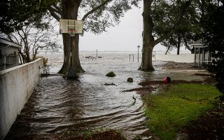 Water from Neuse River starts flooding houses as the Hurricane Florence comes ashore in New Bern, North Carolina, U.S., September 13, 2018. REUTERS/Eduardo Munoz