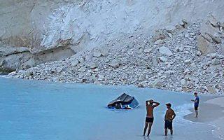 Αναποδογυρισμένη βάρκα στην παραλία Ναυάγιο μετά την κατολίσθηση, την Πέμπτη 13 Σεπτεμβρίου 2018. Κατολίσθηση βράχων σημειώθηκε στη διάσημη παραλία Ναυάγιο στη Ζάκυνθο. Σύμφωνα με τα πρώτα στοιχεία από το Λιμενικό στην περιοχή βρίσκονταν τρεις βάρκες οι οποίες αναποδογύρισαν και υπάρχουν φόβοι για αγνοούμενους.  ΑΠΕ- ΜΠΕ/ΑΠΕ- ΜΠΕ/Κ. ΣΥΝΕΤΟΣ