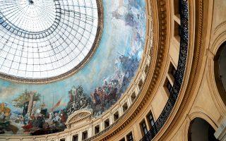 Η εντυπωσιακή ροτόντα του κτιρίου Bourse de commerce στο Παρίσι, που στέγαζε το Χρηματιστήριο. (Φωτογραφία: AFP/VISUALHELLAS.GR)