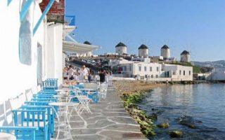 Μύκονος, Σαντορίνη και Αθήνα στο επίκεντρο του ενδιαφέροντος των ταξιδιωτών. Την υψηλότερη τιμή κράτησης στα ξενοδοχεία 5 αστέρων κατέχει το Νησί των Ανέμων με 692 ευρώ.