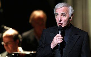 Με φωνή τενόρου και λυπημένα μάτια, ο Σαρλ Αζναβούρ, ο ζωντανός θρύλος της Γαλλίας και θερμός υποστηρικτής της Αρμενίας, έφυγε από τη ζωή σε ηλικία 94 ετών, όπως ανακοινώθηκε χθες. Ακούραστος τραγουδιστής και περφόρμερ, στιχουργός και ηθοποιός, πέρασε το μεγαλύτερο μέρος της ζωής του σε μια σκηνή, με το κοινό σε Ευρώπη και Αμερική να τον αποθεώνει.