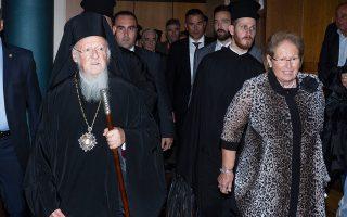 Ο Οικουμενικός Πατριάρχης κ.κ. Βαρθολομαίος με την πρόεδρο του «Ασύλου του Παιδιού», Μαίρη Ευθυμιάδου.