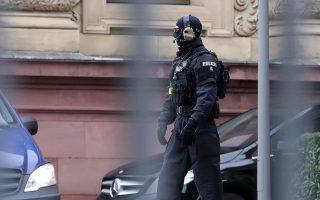 Περιπολίες έξω από το Συνταγματικό Δικαστήριο στην Καρσλρούη μετά την πρόσφατη έξαρση της ακροδεξιάς βίας στη Γερμανία.
