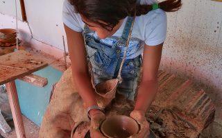 Τα παιδιά βοηθούνται να ενταχθούν στο εκπαιδευτικό σύστημα και να αναπτύξουν δεξιότητες.