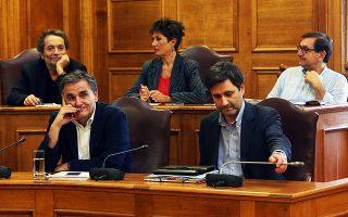 Οι κ. Ευκλείδης Τσακαλώτος και Γιώργος Χουλιαράκης κατά τη διάρκεια της χθεσινής συνεδρίασης της διευρυμένης Επιτροπής Παραγωγής και Ελέγχου Κυβερνητικού Εργου.