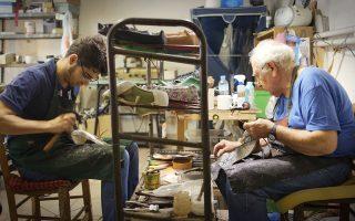 Στον πάγκο. Χειροποίητες δημιουργίες στο ιστορικό υποδηματοποιείο Λεμήσιος. Οι «Ιστορίες μόδας» αποκαλύπτουν έναν κόσμο.