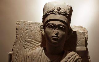 To άγαλμα του Γιαλχί μπιν Γαλχαμπούντα, του μέγα ιερέα της Παλμύρας, εκτίθεται στην Οπερα στη Δαμασκό.