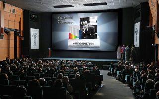 Σε μία συγκινητική βραδιά, η «Κ» παρουσίασε, στον ιστορικό κινηματογράφο «Δαναό», τη νέα της εκδοτική προσφορά. Πρόκειται για μία σειρά 14 ιδιαίτερα προσεγμένων βιογραφιών, που έχει επιμεληθεί ο Μάκης Δελαπόρτας, αφιερωμένη στους σπουδαίους Ελληνες ηθοποιούς, που μεγάλωσαν γενιές συμπατριωτών μας. Η σειρά περιλαμβάνει αστέρες όπως ο Λάμπρος Κωνσταντάρας –που κάνει το ποδαρικό αυτήν την Κυριακή–, η Αλίκη Βουγιουκλάκη, η Τζένη Καρέζη, ο Ντίνος Ηλιόπουλος, ο Αλέκος Αλεξανδράκης, ο Διονύσης Παπαγιαννόπουλος.