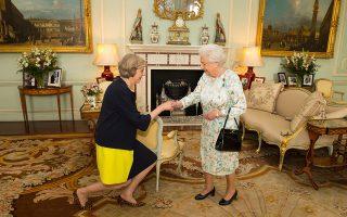 Η βασίλισσα Ελισάβετ υποδέχεται στα Ανάκτορα του Μπάκιγχαμ την πρωθυπουργό της Βρετανίας Τερεζα Μέι.