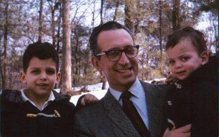 Νεαρός πατέρας, στα μέσα της δεκαετίας του '60, ο Γιώργος Χατσόπουλος απολαμβάνει το χιόνι με τα δύο του παιδιά, Νίκο και Μαρίνα, στη Βοστώνη. (φωτ. αρχείο οικογένειας Χατσοπούλου).