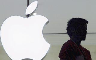 Τις μεγαλύτερες πιέσεις δέχθηκαν οι εταιρείες υψηλής τεχνολογίας, με την Apple να υποχωρεί κατά 1,4%, τη Microsoft κατά 1,6% και τη Nvidia κατά 2,8%.