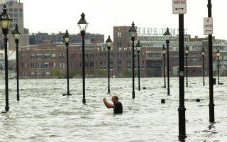 Ενας άνδρας απαθανατίζει τις πλημμύρες στη Βαλτιμόρη μετά το πέρασμα τυφώνα από την αμερικανική πόλη.