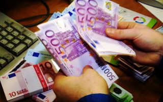 Η Ανεξάρτητη Αρχή Δημοσίων Εσόδων εξετάζει να μειώσει το όριο μετρητών από τα 500 ευρώ ημερησίως ανά συναλλαγή στα 400 ή 300 ευρώ, προκειμένου να ελεγχθούν κυρίως οι μικρές επιχειρήσεις, όπου υπάρχει εκτεταμένη φοροδιαφυγή.
