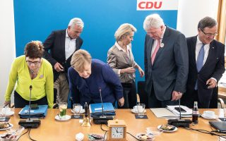 H Aγκελα Μέρκελ παίρνει θέση για τη σύσκεψη στα γραφεία του CDU στο Βερολίνο, την επομένη των εκλογών (Κυριακή 14 Οκτωβρίου) στη Βαυαρία. Δεξιά της, η γενική γραμματέας του κόμματος Ανεγκρετ Κραμπ Καρενμπάουερ και, πίσω της, η υπουργός Αμυνας Ούρσουλα φον ντερ Λάιεν.