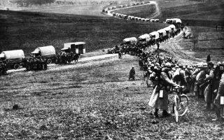 Γάλλοι στρατιώτες και οχήματα εφοδιασμού σε πορεία προς το αμυνόμενο Βερντέν, άνοιξη 1916. Η μηχανοκίνηση αποτέλεσε μία από τις τεχνολογικές καινοτομίες του Πρώτου Παγκοσμίου Πολέμου.