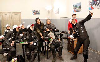 Οι ατρόμητες. Το καθεστώς το επέτρεψε για πρώτη φορά στην ιστορία και αυτές το κάνανε πράξη. Τα πρώτα επίσημα μαθήματα οδήγησης μοτοσικλέτας για γυναίκες επιτράπηκαν στο Ιράν και μάλιστα θα έχουν και το δικαίωμα να τις οδηγούν δημοσίως! EPA/ABEDIN TAHERKENAREH