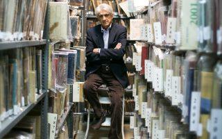 Ο διευθυντής του Μορφωτικού Ιδρύματος Εθνικής Τραπέζης Διονύσης Καψάλης στον χώρο της βιβλιοθήκης του ΕΛΙΑ (Ελληνικό Λογοτεχνικό και Ιστορικό Αρχείο), στην οδό Αγίου Ανδρέου 5.