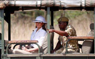 Η βασίλισσα της Αφρικής. Με μπότες μέχρι το γόνατο, όταν όλοι οι άλλοι φορούσαν πέδιλα, εφαρμοστό παντελόνι και ολόλευκο καπέλο για σαφάρι εμφανίστηκε στο Ναϊρόμπι για την συνέχιση της περιοδείας της η Πρώτη Κυρία Μελάνια Τρaμπ. Λογικό θα πείτε, όταν φροντίζει να προβάλει την  άψογη εικόνα της ακόμα και όταν βρίσκεται  στα φτωχότερα κράτη του κόσμου. REUTERS/Carlo Allegri