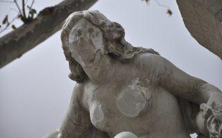 Οταν σε προσβάλει η ομορφιά. Με ένα σφυρί έσπασε στήθη και πρόσωπο στο γυμνό σώμα γυναίκας που κοσμούσε το σιντριβάνι  Ain El Fouara στην πόλη του Setif στην Αλγερία. Το άγαλμα της αποικιοκρατικής εποχής με την υπογραφή του Γάλλου Saint Vidal φτιάχτηκε το 1889 και είναι το τελευταίο παράδειγμα αυτού του είδους βανδαλισμού στην περιοχή. AP Photo