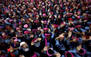 Με ελπίδα για το μέλλον. Με ένα ροζ τουρμπάνι τα κορίτσια στο σχολείο της Chandigarh στην Ινδία ποζάρουν χαρούμενα για τον φακό. Την παγκόσμια ημέρα κοριτσιών γιόρταζαν σε μια χώρα που πολλές γυναίκες και κορίτσια βιάζονται στο δρόμο μέρα μεσημέρι, ελπίζοντας το μέλλον να είναι καλύτερο. REUTERS/Ajay Verma