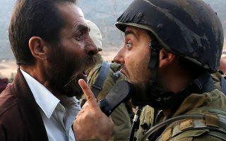 Επιχειρήματα.  Ουρλιάζει ο Παλαιστίνιος, ουρλιάζει ο Ισραηλινός στρατιώτης στην Δυτική Οχθη. Τα επιχειρήματα και η κοινή λογική μοιάζουν να έχουν εγκαταλείψει την περιοχή εδώ και καιρό. Η εικόνα της αντιπαράθεσης είναι από το κλείσιμο σχολείου στην Ναμπλούς.  REUTERS/Mohamad Torokman
