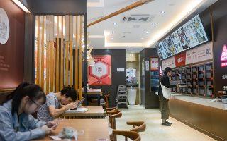 Η κινεζική αλυσίδα εστιατορίων Wufangzhai αντικατέστησε τους σερβιτόρους με μηχανές. Οι παραγγελίες γίνονται μέσω κινητού ή ειδικών οθονών στην είσοδο του κάθε καταστήματος. Υστερα, ο πελάτης περιμένει ειδοποίηση στο κινητό του για να παραλάβει το πιάτο του από ατομικό ντουλάπι, το οποίο συνδέεται με την κουζίνα και ανοίγει αυτόματα όταν ο καταναλωτής πλησιάζει!