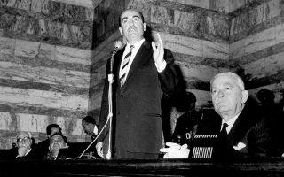 Βουλή, 1965. Ο πρωτεργάτης του Ανένδοτου κατά της Δεξιάς το 1961 δεν δίστασε να υποστηρίξει την αποστασία και τη συνεργασία με τη Δεξιά μετά τη σύγκρουση του βασιλιά Κωνσταντίνου Β΄ με τον Γεώργιο Παπανδρέου.