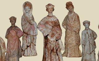 Πήλινες γυναικείες μορφές στον τύπο της «Ταναγραίας» του 2ου π.Χ. αιώνα.
