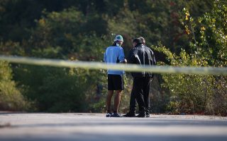 Η αστυνομία ανέκρινε άτομα στο σημείο όπου εντοπίσθηκε η σορός.