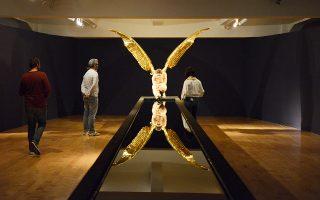 Το γλυπτό, πρώτη φορά στην Αθήνα, είναι ανάθεση του Hellenic Museum της Μελβούρνης στον καλλιτέχνη.